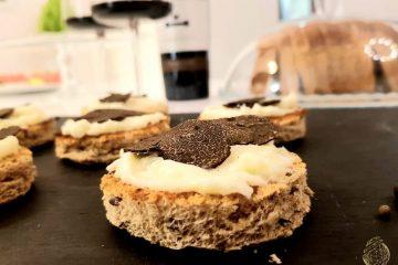 Crostino di pane integrale con crema di taleggio e Tartufo Nero Pregiato_Alessia Freretti_logo